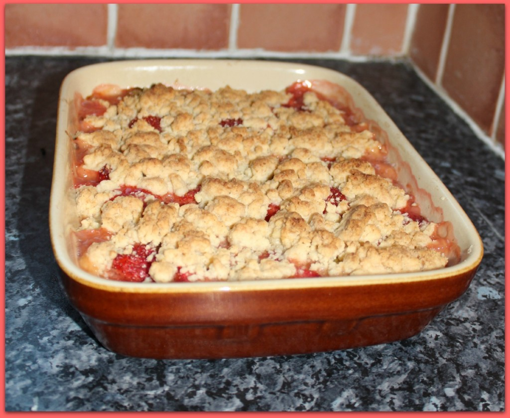 rhubarb strawberry crumble baked