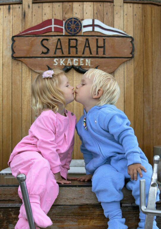 joha kids kissing in skagen