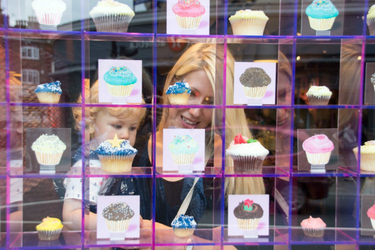 Mum and child looking at cupcakes!