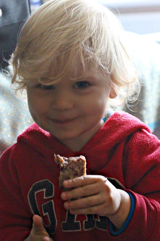scandimummy-boy-eating-cake