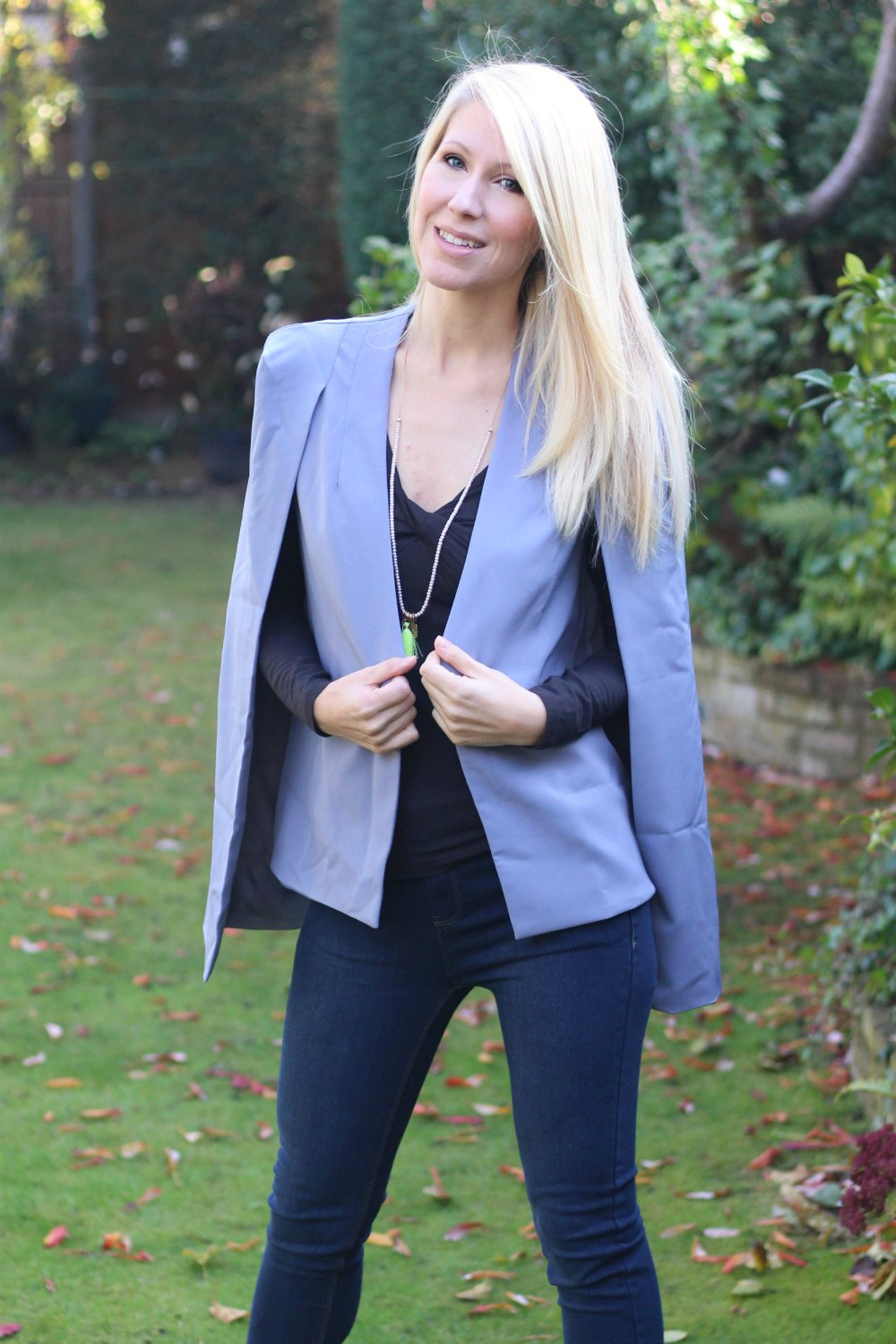 Stylish cape in lilac with dark jeans from JOY
