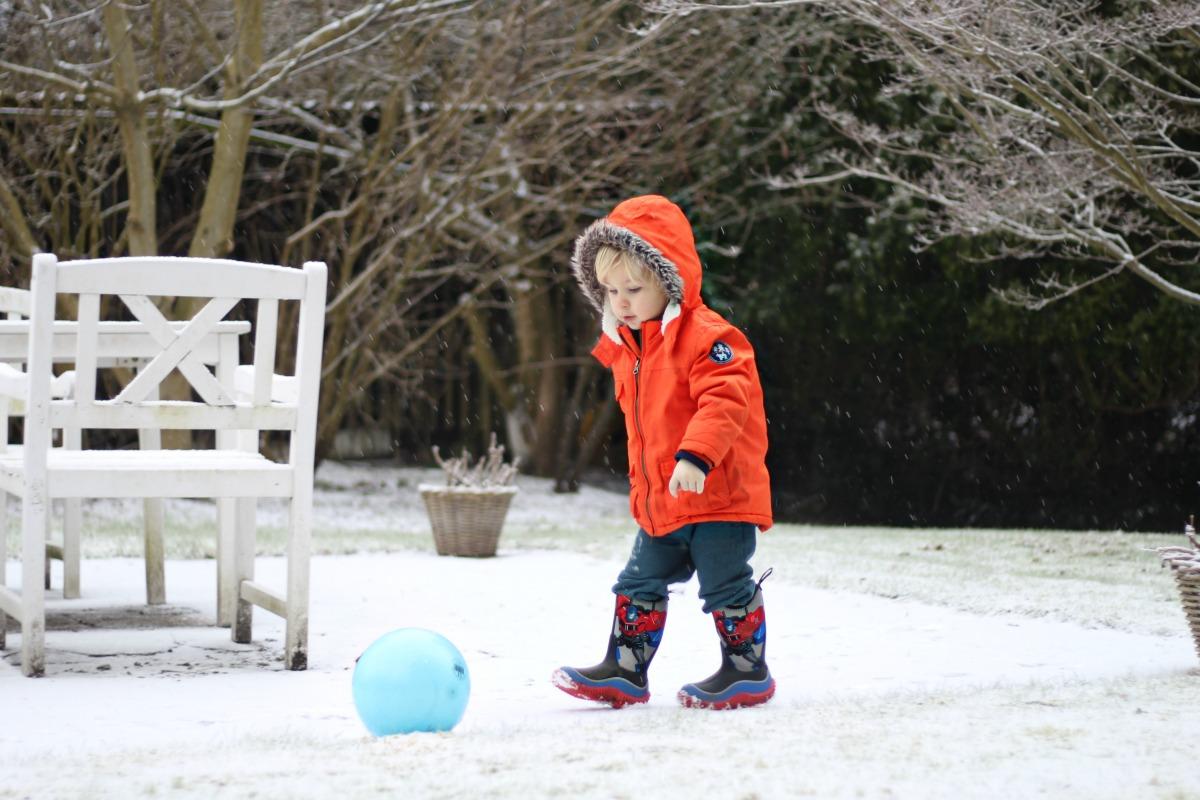 scandimummy-playing-in-snow